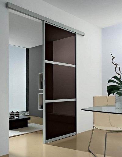 Cucina a vista con porta scorrevole - Parete attrezzata con porta scorrevole ...